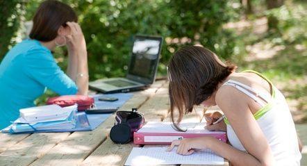 faire ses devoirs dans le jardin
