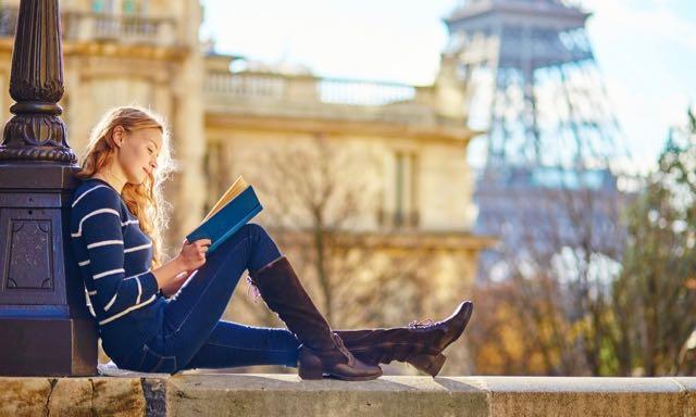 jeune fille lisant à paris